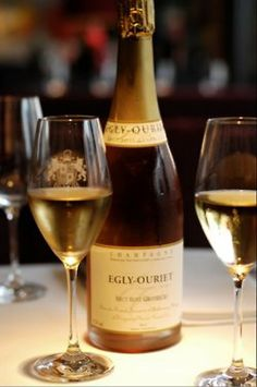 Egly Ouriet Champagne- vinification in barrique. Bottled in 2006 from the 2005 vintage. Flute Champagne, Champagne Cocktail, Cocktail Drinks, Alcoholic Drinks, Rose Champagne, Champagne France, Le Croissant, Wine Cheese, In Vino Veritas