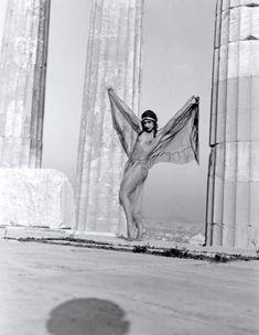 Προηγήθηκε κατά πολύ της εποχής της και σφράγισε με την πρωτοποριακή οπτική καιτέχνη της την παγκόσμια ιστορία της φωτογραφίας.Νelly's η Ελληνίδα φωτογράφος που σημάδεψε την ιστορία της φωτογραφίας στον 20 αιώνα.Γεννημένη στο Αϊδινί της Μικράς Ασίας το 1899, η Έλλη Σουγιουλτζόγλου-Σεραϊδάρη περνάει τα μαθητικά της χρόνια στην Σμύρνη και 20 χρόνων πηγαίνει στην Δρέσδη να σπουδάσει ζωγραφική αλλα εκεί την κερδίζει η τέχνη της φωτογραφίας.Μετά την καταστροφή της Σμύρνης εγκαθίσταται στην… My Athens, Athens Greece, Vintage Photographs, Vintage Images, Little Girl Bikini, Horror Photography, Shadow Photos, Art Nouveau, Just Beauty