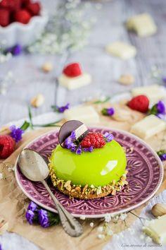 Mousse de pistacho con frambuesa y glaseado espejo