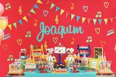 A Caraminholando recebeu um pedido especial do pequeno Joca. Uma festinha com tema balada para comemorar seus cinco anos. Muita música e cor!