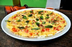 Aprenda a fazer pizza de tapioca sem glúten - deliciosa e saudável! Just Pizza, Big Pizza, Pizza Recipes, Vegetarian Recipes, Healthy Recipes, Tapioca Light, Pizza Vegana, Pasta, Vegetable Pizza