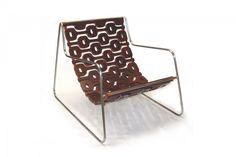 Poltrona Ipanema - Lattoog Estrutura de aço inox; assento flexível em madeira maciça; suporte em tiras de couro natural.A: 85cm P: 108cm L: 70cm