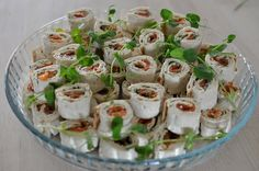 Poro- ja kylmäsavulohirullat Party Snacks, Deli, Potato Salad, Food And Drink, Chicken, Cooking, Ethnic Recipes, Google, Kitchens