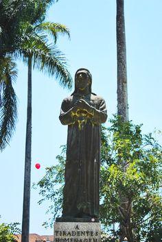 Estátua de Tiradentes - Veja mais em https://abussolaquebrada.wordpress.com/2014/11/26/saudacoes-a-el-rey/
