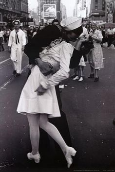 Kissing on VJ Day Posters - AllPosters.co.uk
