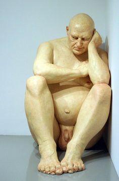 Ron Mueck hyperréalisme Big man 1998 (assis 1 mètre 83)
