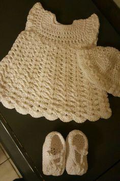 Mooi wit kleedje, slofjes, mutsje. Van 0 tot 3 maanden. Kan langer gemaakt worden ideaal voor doopkleedje.