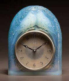 R. LALIQUE OPALESCENT GLASS DEUX COLOMBES CLOCK WITH BLUE PATINA. Circa 1926. Molded R. LALIQUE, FRANCE.