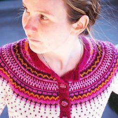 Endelig ferdig med #damejakkaloppa. Elsker den  #loppa #pinneguri #strikking #strikkejakke #nevernotknitting #fleacardigan #knitstagram #knitting #fairisle #fairisleknitting #latvianwool #egostrikk #instaknit #instastrikk #loppkal #finull