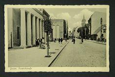 """Ul. Bolesława Chrobrego (w czasie okupacji hitlerowskiej - Friedrichstrasse). Po lewej - wzniesiony w 1911 r. budynek kina """"Polonia"""". W głębi, przy narożniku ul. Mickiewicza - gmach kina """"Luna"""". Na dalszym planie, po prawej stronie - wieża kościoła garnizonowego. Zdjęcie pochodzi z ok. 1940 r."""