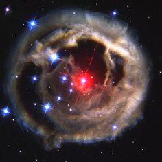 Essa fotografia feita pelo Telescópio Espacial Hubble em 2002, mostra a explosão da estrela V838 monocerotis. No ponto máximo da explosão brilhava com magnetude de 6.75 e depois, no começo de Abril voltou a brilhar com sua magnetude normal de 15.6.