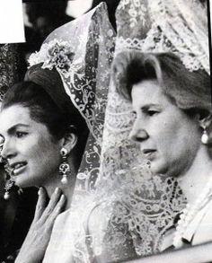 Mantilla española en los toros. Duquesa de Alba y J.Kennedy