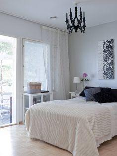 Sarin makuuhuoneen yhteydessä on oma wc ja vaatehuone ja sieltä pääsee suoraan pihalle. Kattokynttelikkö on Piirongista, turkistorkkupeitto on Iskusta, mustat tyynyt ovat Ikeasta ja ystävältä saatuja lahjoja, pitsiverho on K-rauta Lanternasta.