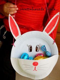 Coucou tout le monde! Une petite idée DIY pour fabriquer un panier pour ramasser les oeufs en chocolat de Pâques ... et avec trois fois rien !! Il vous faudra; . 2 assiettes carton . un ciseau . un cutter . un crayon papier pour les repères . un cordon...