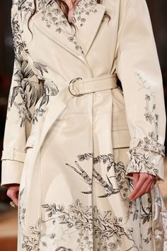 McQueen Spring 2018 Ready-to-Wear Fashion Show Alexander McQueen Spring 2018 Ready-to-Wear Collection Photos - VogueAlexander McQueen Spring 2018 Ready-to-Wear Collection Photos - Vogue Fashion Week, Look Fashion, Fashion Details, High Fashion, Fashion Show, Autumn Fashion, Fashion Design, Fashion Trends, Fashion Spring