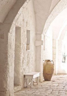 extérieur : ruelle ou cour, voute, architecture, chaux, blanc, naturel, urne