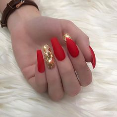 Opting for bright colours or intricate nail art isn't a must anymore. This year, nude nail designs are becoming a trend. Here are some nude nail designs. Fabulous Nails, Gorgeous Nails, Pretty Nails, Hot Nails, Hair And Nails, Crome Nails, Nail Art Designs, Acrylic Nail Designs, Red And Gold Nails