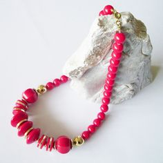 Vintage necklace. Acrylic beads in red and gold tone. Halskette aus den 80er Jahren. Rot und Goldton.