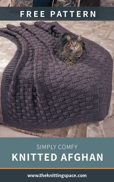 This comfy and cozy knitted afghan has an understated stylishness that we simply. This comfy and cozy knitted afghan has an understated stylishness that we simply adore. A good knitting project for confident beginners and intermedia. Beginner Knitting Patterns, Easy Knitting Projects, Knitting Blogs, Free Knitting, Knitting Tutorials, Knitting Ideas, Knitted Afghans Patterns Free, Beginner Knitting Blanket, Knitting Blanket Patterns