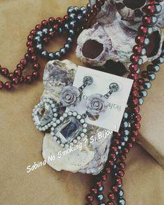 Collane di perle abbinate ad un orecchino grigio con le rose ,molto vintage