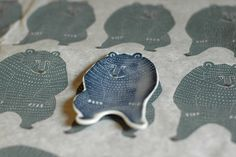 にじみ、かすれも素敵だね。表情豊かな「kata kata×倉敷意匠」の印判手皿