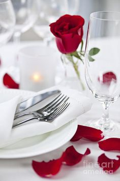Have you ever wanted to give a more personal gift for Valentine's day or another special occasion? One couple shares how they do a Top Chef Dinner Exchange in lieu of gifts. You can do this on any budget and with any level of cooking skill. I hope you Romantic Dinner Setting, Romantic Dinners, Romantic Ideas, Romantic Room, Romantic Night, In Lieu Of Gifts, Dinner Party Recipes, Valentines Day Food, Silk Roses