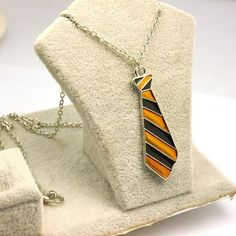 These yellow and black striped enamel Hufflepuff House Tie pendants are a great gift for any Harry Potter fan. High: 4.7cm x 1.5cm Chain Length: 50cm