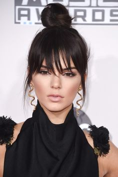 Trending Hairstyle: Long bangs over eyes + top-knot bun hair. Kendall Jenner at American. Fringe Hairstyles, Hairstyles With Bangs, Cool Hairstyles, Hairstyles 2016, Latest Hairstyles, Hairstyle Ideas, Celebrity Bangs, Celebrity Hairstyles, Kendall Jenner
