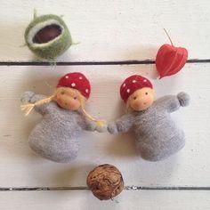 Kleine Wichtelkinder Die Liebe Daniela von @puenktchenundrosa hat gefragt, was ich am heutigen Sonntag mache. Ich bin wieder im Handarbeitsmodus und auf meiner To Do Liste stehen noch einige Dinge...Bald ist Herbstmarkt! Diese beiden lieben kleinen Wichtelkinder sind heute fertig geworden. #wichtelkinder #wichtekinderpüppchen #stoffpüppchen #waldorfpüppchen #waldorf #handmade