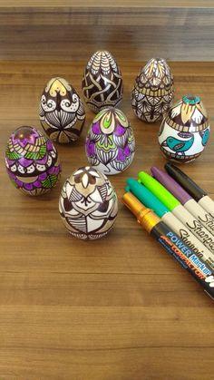 sharpie eggs. Ovos de Páscoa de plástico pintados com caneta permanente.