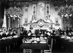 La déclaration du 9 mai 1950 est considérée comme le texte fondateur de la construction européenne. Prononcée par Robert Schuman, ministre des Affaires étrangères français, dans le Salon de l'Horloge du Quai d'Orsay, à Paris, cette déclaration, inspirée par Jean Monnet, premier commissaire au Plan, propose la création d'une organisation européenne chargée de mettre en commun les productions françaises et allemandes de charbon et d'acier.