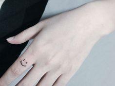 ¿Estás pensando en tatuarte? Nada mejor que hacerlo en los dedos. Checa los 10 delicados tatuajes que nos encontramos en PopSugar y que pueden servirte de inspiración.
