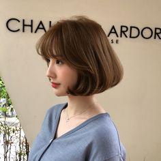 자연광에서 더욱더 빛나는 #올리브브라운 컬러와 #보니펌 . . . 문의가 많은만큼 요즘 가장 핫한 스타일이에요^^ 손질편하고,유행타지않고 예쁘니까 사랑 받을수 밖에 없죠❗️ . . 빠른예약은 02.540.8520 현재 DM문의가… Ulzzang Short Hair, Korean Short Hair, Short Hair Cuts For Women, Girl Short Hair, Curled Hairstyles, Pretty Hairstyles, Medium Hair Styles, Short Hair Styles, Pop Hair