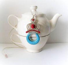MacrameMarika / Macramé náhrdelník, macramé prívesok s modrým a červeným tyrkysom Tea Pots, Jewerly, Origami, Tableware, Handmade, Jewlery, Dinnerware, Hand Made, Schmuck