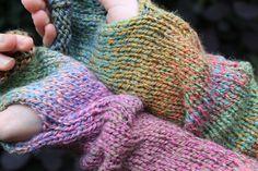 Ombre hand knitted armwarmers. Fingerless Gloves, Arm Warmers, Hand Knitting, Fashion, Fingerless Mitts, Hand Weaving, Moda, Cuffs, La Mode