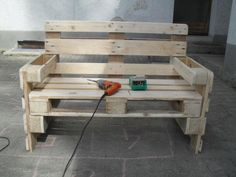 Diy Pallet Couch, Pallet Bench, Pallet Patio, Simple Room Decoration, Decoration Palette, Reclaimed Wood Benches, Wood Pallets, Wooden Pallet Projects, Wooden Crafts