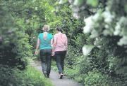 Hand in Hand gehen sie in die ungewisse Zukunft: Zwei Frauen aus der Region…