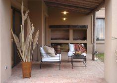 Combinación piso de ladrillo y columna de madera, palmera.