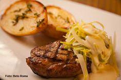 Via Sete - Steak de contra-filé grelhado servido com molho Boursin e alho-poró acompanhado de batatas assadas e azeite de tomilho (almoço)