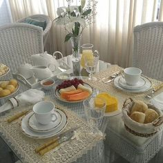 Breakfast table decorations brunches food Ideas for 2019 Breakfast Table Setting, Breakfast Time, Breakfast Ideas, Brunch Mesa, Sandwich Torte, Breakfast Bread Recipes, Brunch Decor, Table Set Up, Betty Crocker