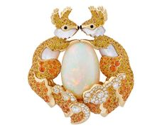 """The new jewelry collection by Van Cleef & Arpels is an exciting translation of one of the founding stories: """"'Arche de Noé"""" filled with whimsical animal creatures Bee Jewelry, Insect Jewelry, High Jewelry, Animal Jewelry, Jewelry Crafts, Bee Brooch, Van Cleef Arpels, Jewelry Collection, Whimsical"""