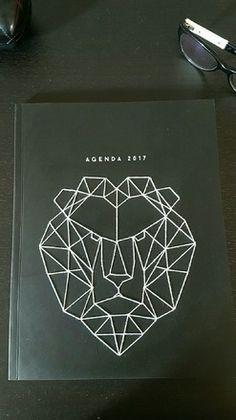 A offrir ou à s'offrir ! Agenda 2017 Grand format avec ses dimensions A4 de 21x27cm. Ce bel agenda est agrémenté d'un motif animalier Lion en origami cousu sur la couverture. - 19731029