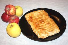 La una bella fetta tiepida di sfoglia di mele con crema pasticcera assieme ad un bel cappuccino rappresenta un'ottima colazione