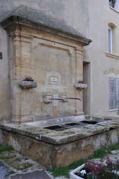 Lauris - Une des Fontaines du Village