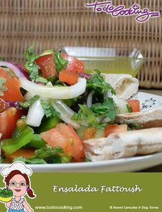 La ensalada Fattoush es una receta clásica de la cocina libanesa, preparada con verduras de temporada y con pan de pita. #receta #ensalada #Fattoush