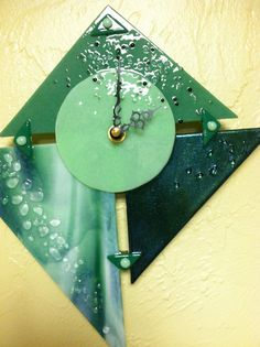 Green art clock by Incolorgallery on Etsy Handmade Clocks, Unique Clocks, Legacy Projects, Art Projects, Traditional Clocks, Glass Fusion Ideas, Wall Watch, Fusion Art, Diy Clock