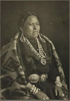 nakli-slow-bit-zees in native dress with blanket, copyright 10 jan 1920 Native American Beauty, Native American Photos, Native American Tribes, Native American History, Native American Jewelry, Navajo People, Indian People, Navajo Women, Navajo Nation