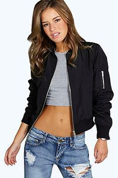 Chaqueta bomber  de mujer color negro de Boohoo Wrap up in the latest coats and jackets and get out-there with your outerwearBreathe life into your new season layering with the latest coats and jackets from boohoo. Supersize your silhouette in a quilted jacket, stick to sporty styling with a bomber, or protect yourself from the elements in a plastic raincoat. For a more luxe layering piece, faux fur coats come in fondant shades and longline duster coats give your look an androgynous edge…