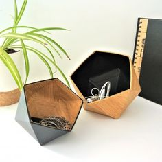 Vide-poches origami bois & noir #deco #origami #maison #madeinfrance Vide Poche Design, Objet Deco Design, Presentation Layout, Creation Deco, Beauty Room, Decoration, Buffet, Projects To Try, Diy Crafts