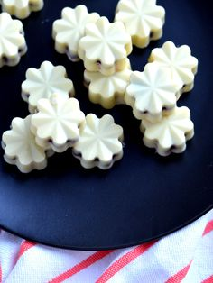 Witte chocolade bonbons met rood fruit - My Simply Special Carb Free Snacks, High Tea, Cupcake Images, Cute Desserts, Cake Cookies, Cupcakes, Homemade Chocolate, Candy Recipes, Toffee